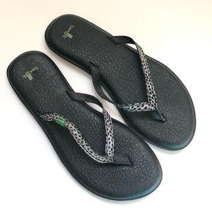 Sanuk gray/black leopard flip flops/ 8